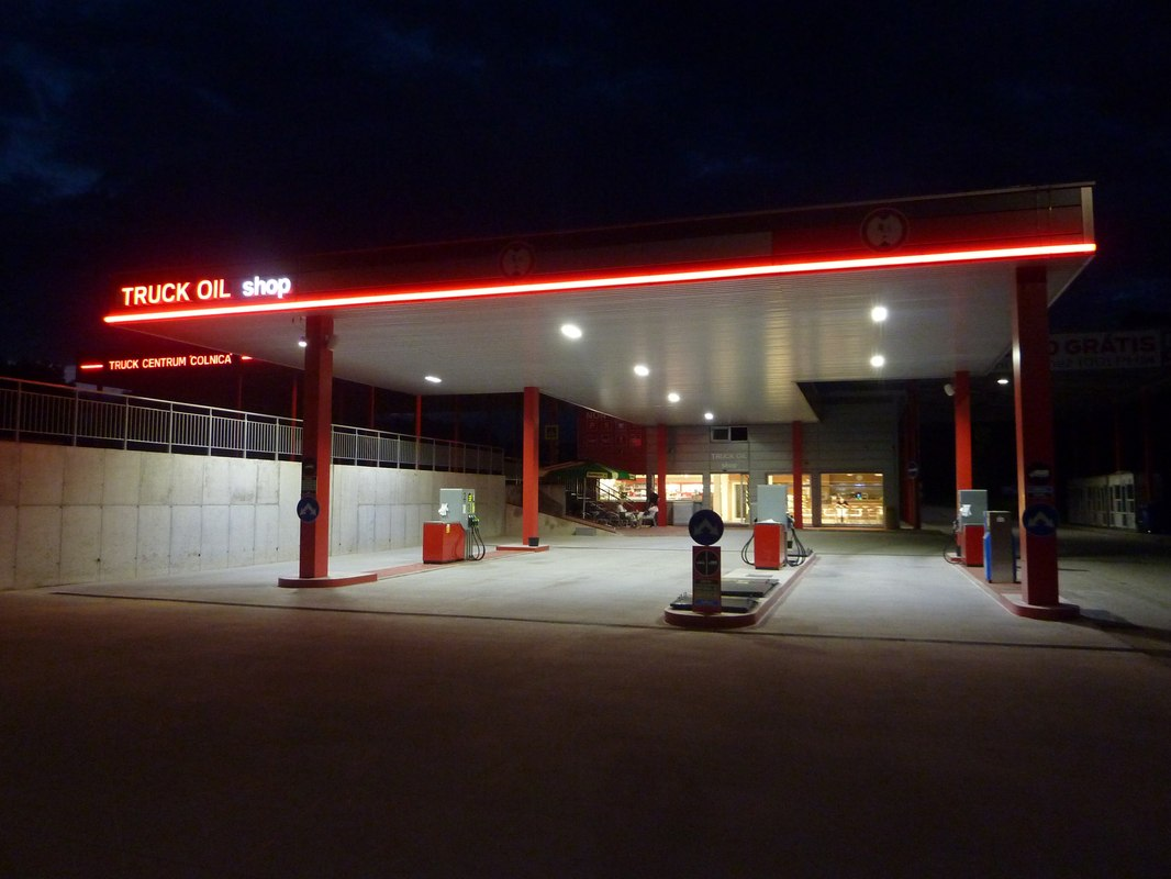LEADER LIGHT illuminates Holíc Truck Centre 3